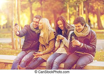 grupo amigos, tendo divertimento, em, outono, parque