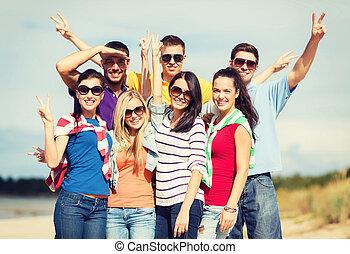 grupo amigos, tendo divertimento, praia