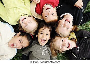 grupo, ao ar livre, junto, sem, descuidado, limite, sorrir feliz, caras, crianças, felicidade, círculo