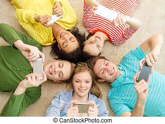 grupo, chão, pessoas, baixo, sorrindo, mentindo
