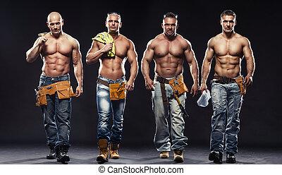 grupo, constructor, joven, fondo oscuro, posar, guapo