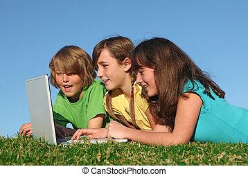 grupo crianças, com, computador, ligado, internet