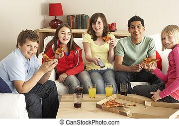 grupo crianças, comendo pizza, televisão assistindo