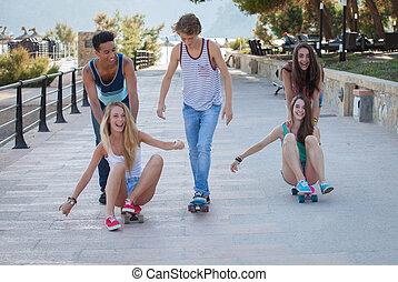 grupo crianças, ligado, skateboards, tendo, divertimento verão