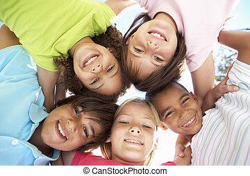 grupo crianças, olhando baixo, em, câmera