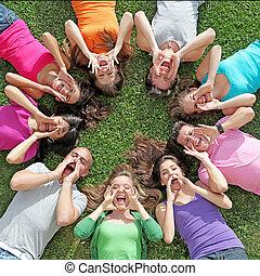 grupo crianças, ou, adolescentes, shouting, ou, cantando, em, acampamento verão