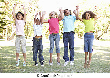 grupo crianças, pular, ar, parque