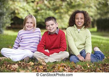 grupo crianças, sentando, em, jardim