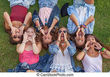 grupo crianças, shouting, ou, cantando