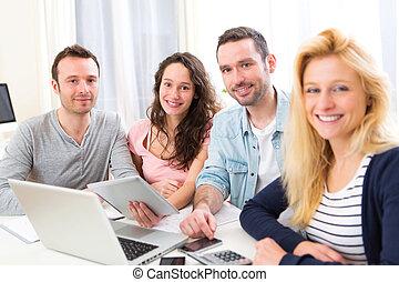 grupo, de, 4, jovem, atraente, pessoas, trabalhar, um, laptop