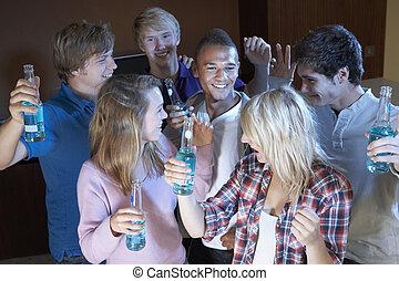 grupo, de, adolescente, amigos, bailando, y, bebida, alcohol