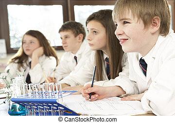 grupo, de, adolescente, estudiantes, en, clase ciencia
