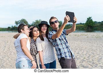 grupo, de, adulto jovem, amigos, levando, selfie