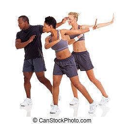 grupo, de, adulto jovem, fazendo, condicão física, dança