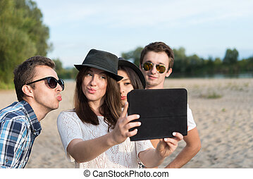 grupo, de, adulto joven, amigos, toma, selfie
