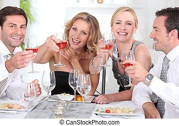 grupo de adultos, teniendo, un, cena