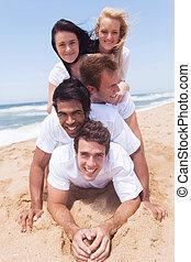 grupo de amigos, acostado, pirámide, en, playa