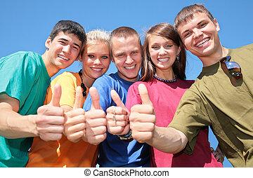 grupo de amigos, en, multicolor, camisas, marca, gestos, por, dedos