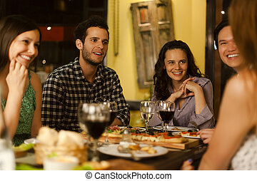 grupo de amigos, en, un, restaurante