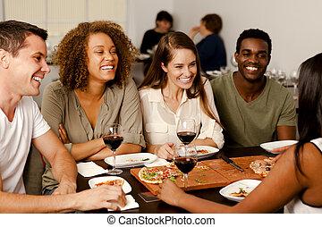 grupo de amigos, reír, en, un, restaurante