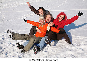grupo de amigos, sentarse, en, plástico, trineo, en, nieve, 2