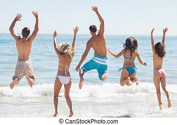 grupo de amigos, tener diversión, en la playa