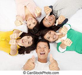 grupo, de, asiático, jóvenes, acostado, juntos, con, pulgar up