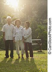 grupo, de, asiático, seniores, andar, em, ao ar livre, parque