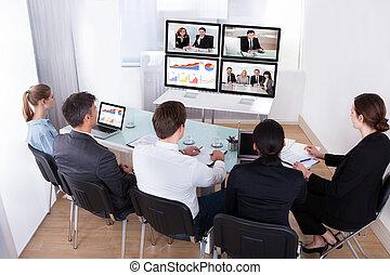 grupo, de, businesspeople, em, conferência video