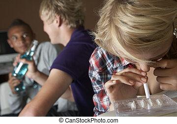 grupo, de, chicos chicas adolescentes, toma, drogas, en casa