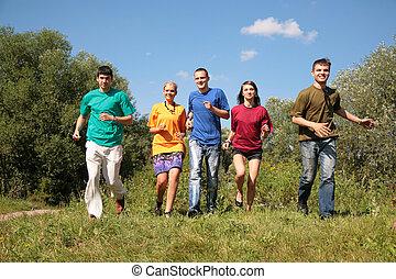 grupo, de, cinco, amigos, en, multicolor, camisas, corre