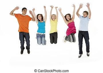 grupo, de, cinco, filhos jovens, pular, estúdio