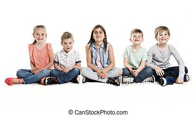 grupo, de, cinco, niños jóvenes, en, estudio