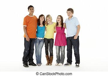 grupo, de, cinco, niños jóvenes, saltar hacia dentro, estudio