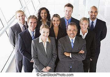 grupo, de, colegas trabalho, ficar, em, espaço escritório,...