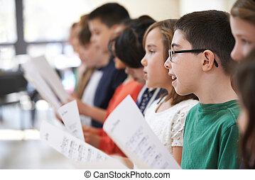 grupo, de, crianças escola, cantando, em, coro, junto