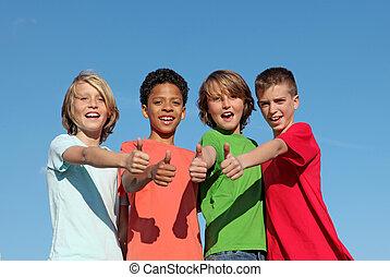 grupo, de, divderse, niños, en, campo verano, con, pulgares arriba