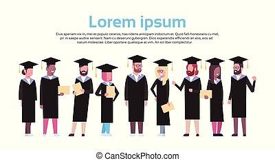 grupo, de, diverso, estudiantes, en, tapa graduación, y, bata, asimiento, diploma, aislado, encima, fondo blanco, con, espacio de copia