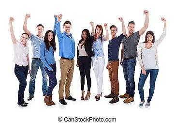 grupo, de, diverso, gente, levantar brazos