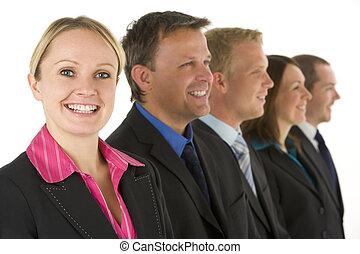grupo de empresarios, en una línea, sonriente