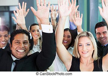 grupo, de, equipo negocio, levantar, manos