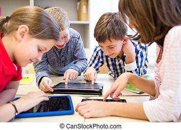 grupo, de, escolares, con, computadora personal tableta, en, aula