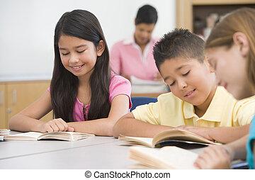 grupo, de, escuela primaria, alumnos, en la clase