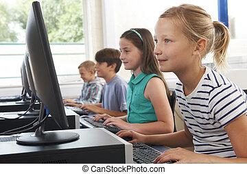 grupo, de, escuela primaria, niños, en, clase de la computadora