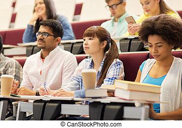 grupo, de, estudiantes, con, cuadernos, en, conferencia