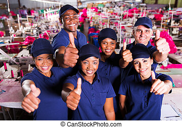 grupo, de, fábrica roupa, colegas trabalho, polegares cima
