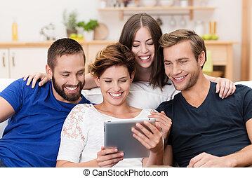 grupo, de, feliz, amigos, compartir, un, tableta