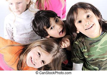grupo, de, feliz, brincalhão, crianças, em, estúdio