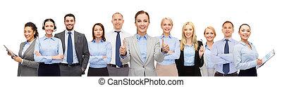 grupo, de, feliz, businesspeople, actuación, pulgares arriba