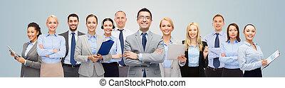 grupo, de, feliz, businesspeople, encima, fondo azul